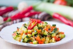 Cubos fritados dos vegetais, ratatouille, abobrinha, pimenta vermelha Imagem de Stock