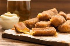 Cubos fritos deliciosos del queso del paneer en una placa Fotos de archivo