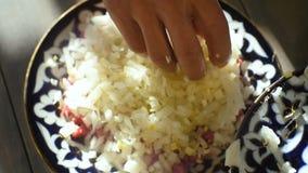 Cubos macros de la carne del corte de Puts Rice Over del cocinero en la placa en la tabla almacen de metraje de vídeo