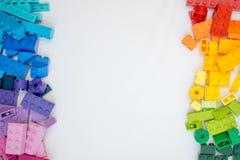 Cubos multicolores de Lego en el fondo blanco Juguetes populares foto de archivo