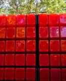 Cubos plásticos vermelhos grandes empilhados em ordem Foto de Stock