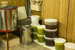Cubos por completo de miel extraída fuera de la centrifugadora y del otro equipo del apicultor Imagen de archivo libre de regalías