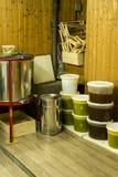 Cubos por completo de miel extraída fuera de la centrifugadora y del otro equipo del apicultor Imagen de archivo