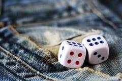 Cubos que jogam nas calças de brim, brinquedo Imagem de Stock Royalty Free