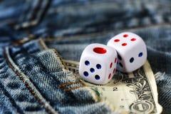 Cubos que jogam nas calças de brim, brinquedo Imagens de Stock