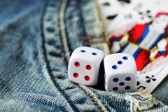Cubos que jogam nas calças de brim, brinquedo Imagem de Stock