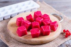 Cubos rojos congelados de la baya Imagen de archivo libre de regalías