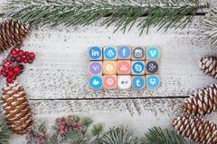 Cubos sociais do logotipo dos meios na tabela do Natal imagens de stock