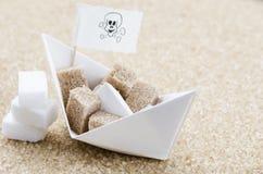 Cubos y barco del azúcar blanco y marrón Fotografía de archivo libre de regalías