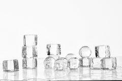 Cubos y bolas de hielo fotos de archivo libres de regalías