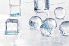 Cubos y bolas de hielo fotografía de archivo libre de regalías