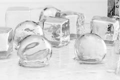 Cubos y bolas de hielo imagenes de archivo