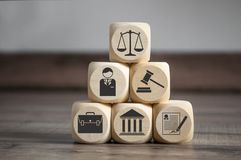 Cubos y dados con símbolos de la ley fotos de archivo libres de regalías
