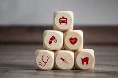 Cubos y dados con símbolos médicos fotografía de archivo libre de regalías