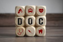 Cubos y dados con símbolos médicos fotografía de archivo