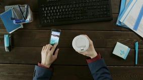 Cubra abaixo da opinião um homem que escolhe um papel de parede novo em seu telefone celular
