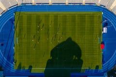 Cubra abaixo da vista ao estádio de futebol com os jogadores de futebol em Kalisz, Polônia fotografia de stock royalty free