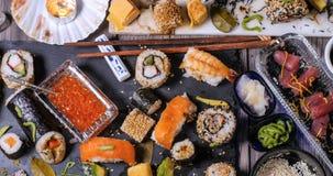 Cubra abaixo da vista de uma variedade do alimento japonês: sushi, nigiri, sashimi Fotografia de Stock