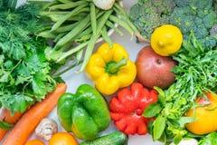 Cubra abaixo da vista em uma seleção de legumes frescos fotografia de stock royalty free