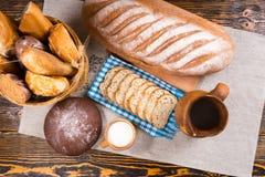 Cubra abaixo da vista no leite e no pão fresco na tabela foto de stock