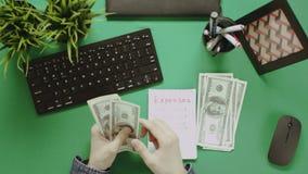 Cubra abaixo do tiro do homem que conta o dinheiro do dinheiro com o bloco de notas na mesa filme