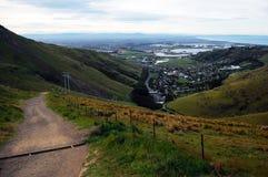 Camino de la grava cuesta abajo a la opinión de Christchurch del valle Imágenes de archivo libres de regalías