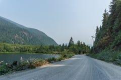 Cubra con grava el camino en el norte en la isla de Vancouver en el día de niebla Fotografía de archivo libre de regalías