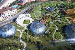 Cubra con una cúpula el edificio del jardín botánico hecho del vidrio y del metal adentro foto de archivo