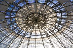 Cubra con una cúpula el edificio del jardín botánico hecho del vidrio y del metal adentro fotos de archivo libres de regalías