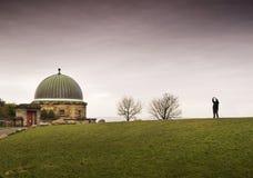 Cubra con una cúpula el edificio y a la persona en la colina de Calton, Edimburgo Imagenes de archivo