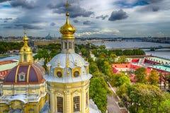 Cubra con una cúpula panorama St Petersburg de la opinión superior de Peter y de Paul Cathedral Fotografía de archivo