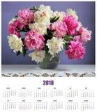 Cubra el calendario de pared para 2018 con un ramo de peonías Fotos de archivo libres de regalías