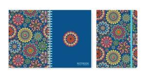 Cubra el diseño para los cuadernos o los libros de recuerdos con las flores ornamentales hermosas Fotografía de archivo