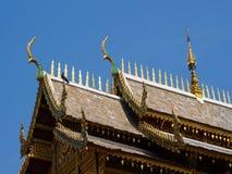 Cubra el estilo del templo tailandés con el ápice en el top, Tailandia del aguilón Imagen de archivo libre de regalías