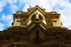 Cubra el top de y el edificio céntrico de Zagreb, Croacia, fondo del cielo azul Imagenes de archivo