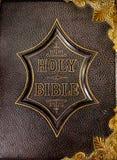 Cubra la cubierta de libro con cuero de la Sagrada Biblia Imágenes de archivo libres de regalías