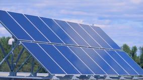 Cubra la superficie con un módulo solar instalado en él metrajes