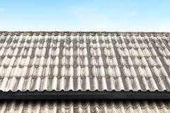 Cubra la teja ondulada, la teja vieja, blanca o gris de la teja de techumbre de techumbre viejas en fondo del cielo fotografía de archivo libre de regalías