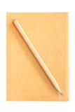 Cubra o caderno com o lápis isolado no fundo branco Fotografia de Stock Royalty Free