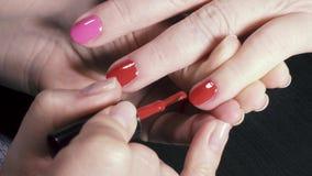 Cubra o dedo pequeno com o gel vermelho da laca filme