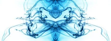 Cubra o redemoinho em uma água no fundo da cor O respingo da pintura na água Disseminação macia gotas da tinta colorida dentro imagem de stock royalty free