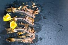 Cubra para baixo dos ossos de esqueleto dos peixes sem cabeças, limão espremido sobre Imagens de Stock