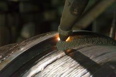 Cubrió la emergencia dura de soldadura del rollo de acero cerca sumergen el wel del arco Fotografía de archivo libre de regalías