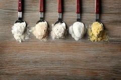 Cucchiai con differenti tipi di farine Fotografia Stock Libera da Diritti