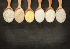 Cucchiai con differenti tipi di farine Immagine Stock Libera da Diritti