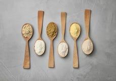 Cucchiai con differenti tipi di farine Immagine Stock