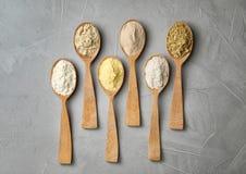 Cucchiai con differenti tipi di farine Fotografie Stock