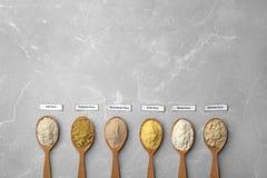 Cucchiai con differenti tipi di farine Immagini Stock