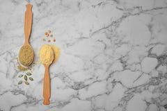 Cucchiai con differenti tipi di farine Fotografie Stock Libere da Diritti