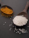 Cucchiai con gli ingredienti per curry Fotografie Stock Libere da Diritti
